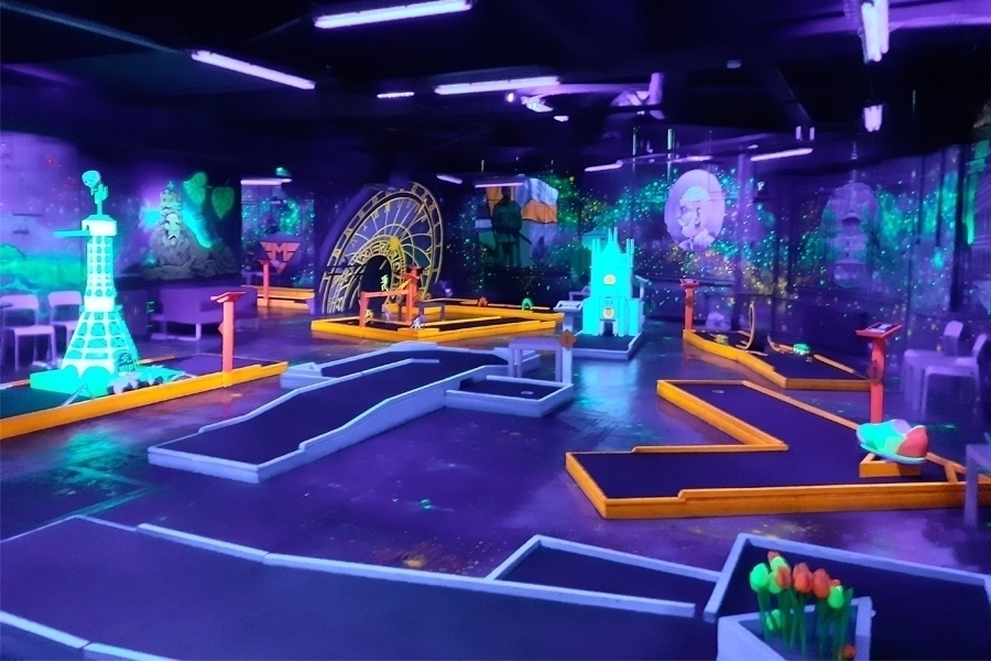 Neonový minigolf v Prague Golf & Games