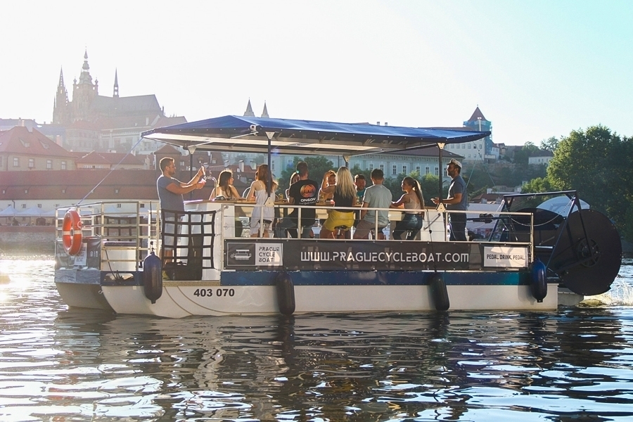 Popíjení piva pro celou partu na šlapací lodi v Praze
