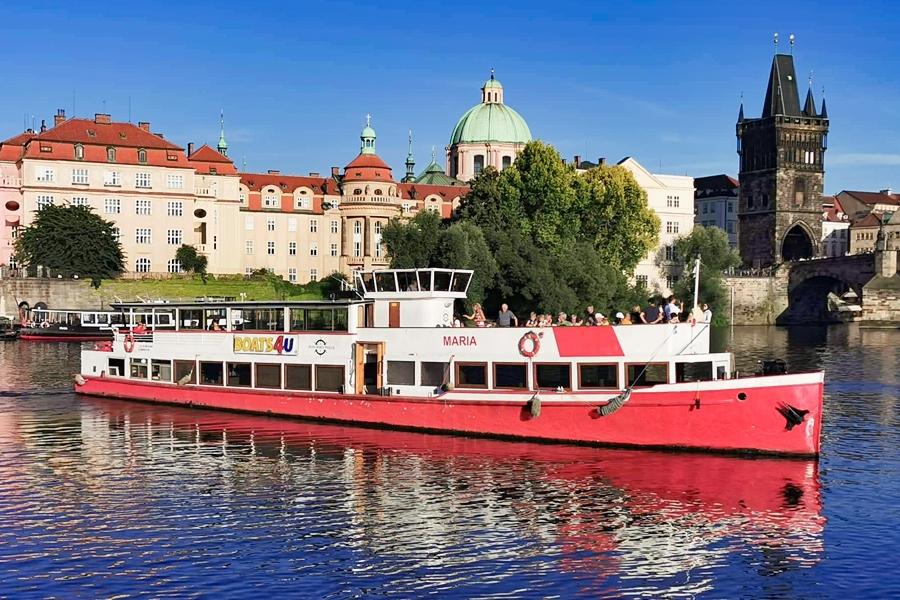 Vyhlídková plavba po Vltavě s rautem i hudbou